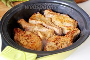 Снять с плиты сковороду с мясом.