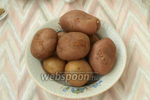 Картофель сварить в мундире почти до готовности, главное, не переварить.
