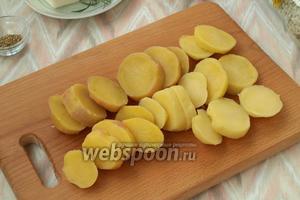 Картофель очистить и нарезать кружочками 1-1,5 см.