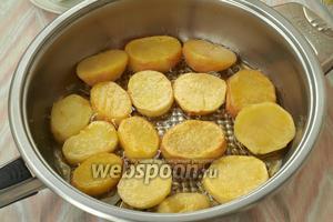 В сковороде разогреть сливочное и оливковое масло. Частями обжарить картофель с 2 сторон.