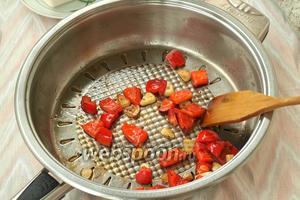 В сковороду, где обжаривался картофель, добавить 1 чайную ложку оливкового масла и быстро обжарить чеснок и перец в течение 3 минут.