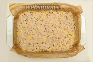 Выложить подготовленное тесто в форму, хорошо разровняв его поверхность. Поместить форму на средний уровень духовки и выпекать 30 минут при режиме «верх-низ», затем ещё 5 минут при режиме «конвекция», чтобы пирог зарумянился.