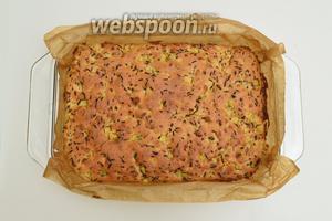 Вынуть форму с пирогом из духовки. Не извлекая пирог из формы, оставить его немного остудить, минут на 5.