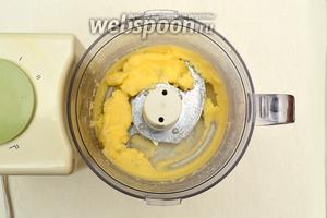 Включив духовку, которая должна будет нагреться до 180°С, хорошо растереть или смешать в кухонном процессоре масло, сахар и ванильный сахар.