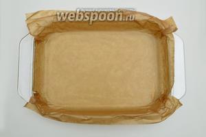 Дно формы смазать сливочным маслом и выложить листом пергамента. Бумага цепко прилипает к смазанным стенкам и не топорщится, а в дальнейшем нам будет удобно вынимать испекшийся пирог из формы.
