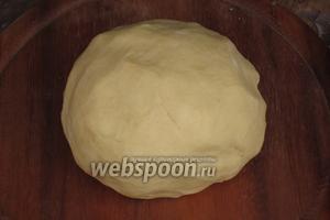 Руками слепить крошки в шар. Поместить тесто в холодильник на 20 минут.