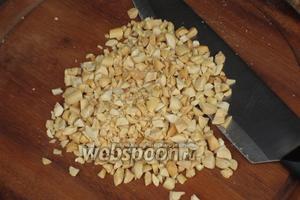 Орехи очистить и обжарить на сухой сковороде. Порубить.