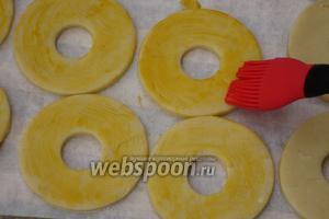 Подмороженные кольца смазать взбитым желтком.