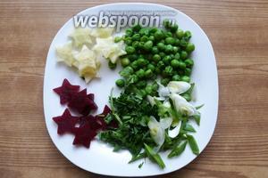 Зелёный горошек разморозим и отварим 3-5 минут. Зелёный лук и петрушку мелко нарубим.