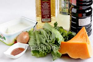 Для салата с тыквой и брынзой возьмём свежую тыкву, кукурузное масло (не принципиально), листья салата, кинзу, мёд (у меня лесной, тёмный), 1/2 маленькой луковицы, брынзу или сыр Фета, соевый соус, лимонный сок, специи, зубчик чеснока.