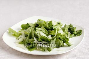 На тарелку выложить салат и перья лука.