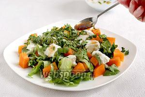 Посыпать рубленой зеленью кинзы и полить душистой заправкой. Даже мужу салат очень понравился.