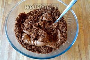 Добавить крем в бисквитную крошку и перемешать до густой однородной массы.