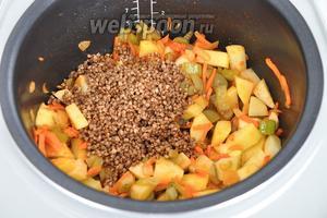 Кладём картофель нарезанный на кубики и промытую гречневую крупу.