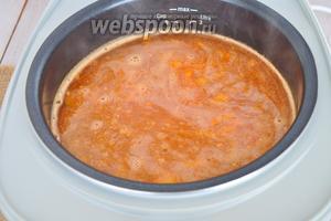 Заливаем всё горячим бульоном. Солим, перчим и добавляем немного сахара.