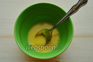 В миску разбиваем 1 яйцо, вливаем 1 чайную ложку воды и размешиваем.