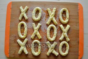 Посыпаем обильно кунжутом. При запекании, семена кунжута слегка поджариваются и очень приятно хрустят при откусывании печенья.