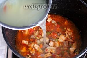 Залить овощи горячим куриным бульоном.