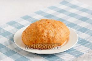 Замесить мягкое тесто. Тесто действительно должно быть очень мягким и не нужно забивать его мукой. Накрыть тесто плёнкой и поставить в холодильник на время, пока будет готовиться начинка.
