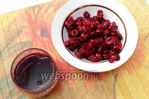 Даём вишне оттаять, сливаем сок в стакан, отжимая при этом ягоду. Доливаем сок водой, чтобы получился 1 стакан жидкости.