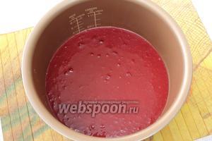 Чашу мультиварки смазываем маслом. Выливаем тесто.
