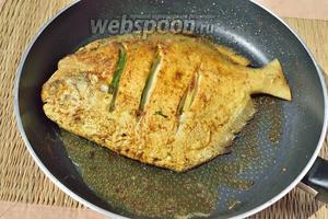 Обжарьте её до золотистого цвета в той же сковороде, где вы до этого жарили луковою начинку, так как там масло пропитано луком и специями.