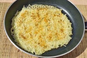 Картофель выложить в сковороду с небольшим количеством подсолнечного масла, присыпьте специями и чуточку солью.
