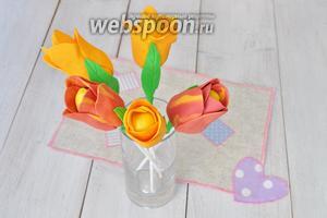 Положите цветы на 1 час в холод и можно украшать наш сладкий стол таким букетом.