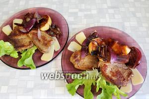 Собрать блюдо, положив на салатные листья мясо, по краю лепестки сыра, на них ломтики груши и поджаренного лука. Сразу подавать. Очень вкусно!
