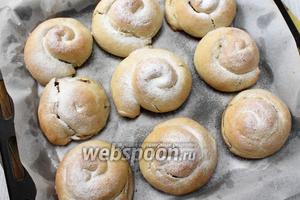 Горячие булочки посыпаем сахарной пудрой. Как только булочки остынут, их можно подавать к столу. Приятного чаепития!