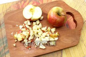 Пока мы ждём тесто, подготовим начинку. Яблоки очищаем от сердцевины, нарезаем кубиками.