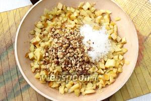 Яблоки тушим на сливочном масле до мягкого состояния. Добавляем затем сахар и измельчённые грецкие орехи.