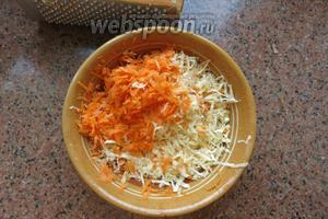 Готовим овощи: натираем морковь и сельдерей, предварительно всё почистить и помыть