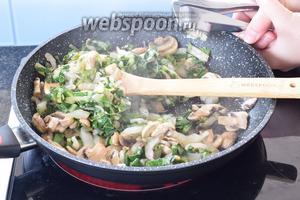 Тушим в нагретом масле все нарезанные овощи и выдавливаем через пресс 1 зубок чеснока. Готовим около 6 минут, постоянно перемешивая. Приправим солью и перцем по вкусу. Вынимаем.
