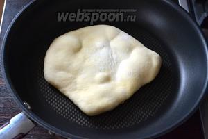 Лепёшки обжаривать на сковороде с антипригарным покрытием, без добавления какого-либо жира. Обжаривать по 2-3 минуты с каждой стороны. Они будут слегка раздуваться!