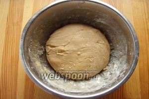 Тесто собираем в колобок и оставляем на столе, в миске, на 1 час, чтобы отдохнуло и остыло.