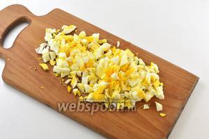 Яйца отварить, очистить и нарезать средними кубиками.