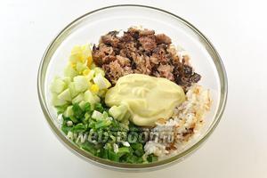 Соединить рис, лук, яблоки, размятые сардины без масла, яйца майонез, соль, перец.
