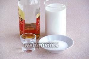 Для приготовления коктейля нужно взять свежее молоко, коньяк, сахар-песок и воду.