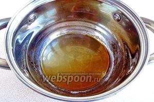 При непрерывном помешивании довести смесь до кипения, уменьшить нагрев и проварить сироп до состояния светлой карамели, по цвету напоминающей мёд. Кастрюлька должна быть небольшого диаметра, так как в ёмкости большого диаметра вода быстро испаряется, и карамель может получиться слишком густой.