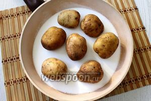 Выкладываем картофель на соль. Ставим сковороду на средний огонь.