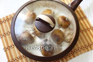 Запекаем картофель под крышкой в течение 30-40 минут, периодически его переворачивая.