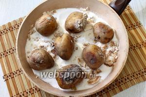 Наш картофель, запечённый на сковороде, готов. Приятного аппетита!
