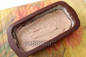 Выливаем в форму тесто, ставим в заранее разогретую духовку.