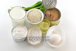 Для работы нам понадобится зелёный лук, рис, яйца, молоко, мука, соль, сахар, подсолнечное масло, сардины в масле.