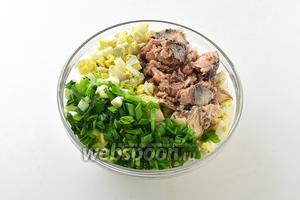 Рис отварить до готовности. Соединить рис, яйца, нарезанный зелёный лук, размятые сардины без масла. Приправить по вкусу солью.