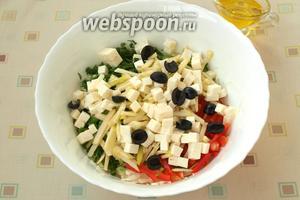 Кубиками нарезать брынзу, маслины пополам или кружочками.