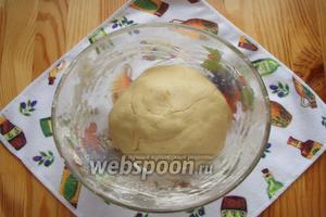 Собираем тесто в колобок и отправляем на 20 минут в морозильную камеру.