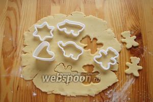 Затем тесто достаём и тонко раскатываем на столе, присыпанным мукой. При помощи вырубок выдавливаем печенье.