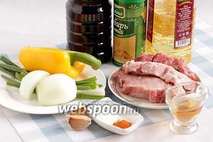 Для приготовления стир-фрай из свинины возьмём постную свинину помягче, сладкий перец любого цвета, зелёный и репчатый лук, чеснок, крахмал, сахар, острый перец, соевый соус, яблочный или рисовый уксус, растительное масло. Соевый соус должен быть самым насыщенным и  густым (я использовала Терияки), в этом случае точно получится красивый карамельный цвет.